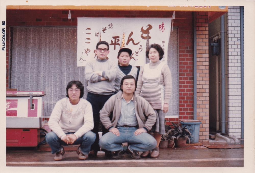 食のルーツ、大阪「ここや」前にて。後列中央、両親の間に立つのが少年時代の地井シェフ